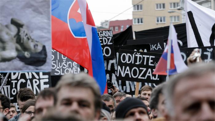 Decenas de miles de personas toman las calles de Eslovaquia