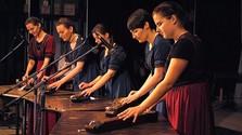Jung und traditionsbewusst: Die Zither-Spielerinnen aus Buzica