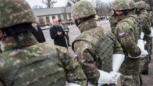 Defensa planea aumentar el sueldo de los militares durante el año próximo