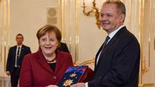 Kiska condecora a la canciller alemana Angela Merkel