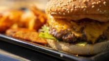 Morčací burger s čedarom a slaninkou